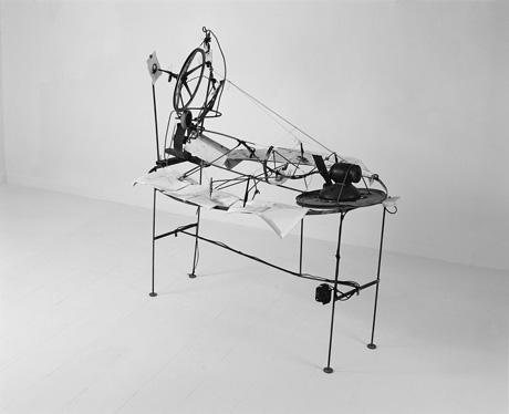 פיליפ רנצר, חתימות על סדין אדום, 1991, ברזל, נייר, מנוע חשמלי, עפרונות, קפיצים, 150X140X110, באדיבות האמן וגלריה גורדון